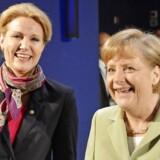 ARKIVFOTO. Tysklands kansler Angela Merkel griner sammen med statsminister Helle Thorning-Schmidt til et topmøde i Tyskland i maj 2012. AFP PHOTO / POOL / JENS MEYER