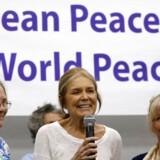 Aktivisten Gloria Steinem taler til et pressemøde inden the WomenCrossDMZ gruppen afrejste til Nordkoreas hovedstad Pyongyang