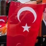 Den tyrkiske lira er fredag styrket 0,8 pct. mod dollaren.