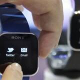 Brugen af apps flytter ind i flere typer af produkter - bl.a. smarte ure, som dette fra japanske Sony. I 2017 vil brugere af mobile enheder ifølge IT-analysevirksomheden Gartner dagligt dele data med 100 apps og tjenester.