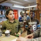 Sløjd: Nye tal viser, at antallet af flygtningebørn, der kommer ud i kommunerne eksploderer de kommende år. Det sætter blandt andet skoler under stort pres og kan skade både flygtningebørn og de danske børn. Et eksempel på en løsning på udfordringen ser man på Usserødskolen i Hørsholm
