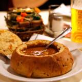 Maden er god og solid. Her en traditionel gullasch serveret i et udhulet brød.