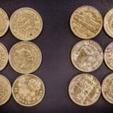Københavns Politi har i år haft en række sager, hvor store mængder mønter, i nogle tilfælde flere hundrede tusinde kroner, bliver fragtet til Danmark og forsøgt vekslet. Blandt andet store mængder tyvere som på billedet. De falske er til højre. Men falskmøntnerne forsøger sig også i stigende grad med ældre og mere sjældne mønter med større værdi, forklarer ekspert i branchen. Foto: Simon Skipper, Scanpix