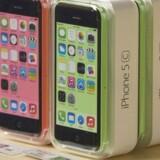 iPhone 5C med den kulørte plastikbagside kommer nu i en model med halvt så megen lagerplads og til en billigere pris. Samtidig udgår iPad 2 af repertoiret, og prisen på iPad 4 sænkes. Arkivfoto: Adrees Latif, Reuters/Scanpix
