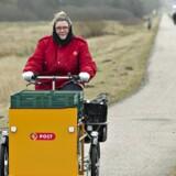 »Posten skal ikke længere deles ud til tiden, men uddeles som i fortiden. Sådan bliver i al korthed resultatet af det brede politiske forlig om den fremtidige postbetjening i Danmark.«