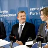 ARKIVFOTO. Ellen Trane (th) med V-formand Lars Løkke Rasmussen og Peter Christensen.