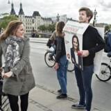 Pia Olsen Dyhr og SF startede valgkampen ved Dronning Louises bro .