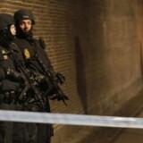 Stærkt bevæbnet politi i gadebilledet natten til søndag.