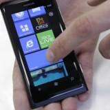Windows Phone-telefonerne i Nokias Lumia-serie sælger fortsat ikke godt nok trods gode anmeldelser. Nokia forsøger nu at forhindre, at nøglemedarbejdere flygter. Arkivfoto: Ints Kalnins, Reuters/Scanpix