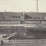 Civiletatens Materialgård i Frederiksholms Kanal, hvor en række af landets mest berømte billedhuggere siden slutningen af 1700-tallet havde bolig og atelier. Foto fra omkring 1930, Historiske meddelelser om København, 1934.