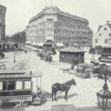 Trianglen set fra Blegdamsvej med en sporvogn fra Forstædernes Sporveje i forgrunden og mellem de høje huse Strandvejen, som man endnu kaldte strækningen fra Trianglen til Lille Vibenshus. Foto fra 1880erne, Mogen Lebech: Gamle københavnske billeder.