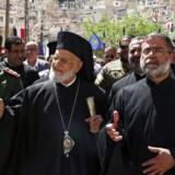 Patriarken for den græsk-katolske kirke Gregory III Laham (midtfor) og andre af kirkens folk afholdt midt på måneden en ceremoni på St. Thecla-klosteret i Maaloula i Syrien, efter afleveringen af dele af en række religiøse ikoner, som blev stjålet i 2013, da ekstremister angreb og vandaliserede den gamle by, der ligger i nærheden af Damaskus. Nu har den nyslåede danske regering indskrevet beskyttelsen af kristne mindretal i verdens brændpunkter i sit regeringsgrundlag.