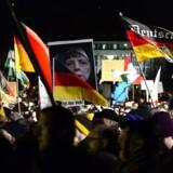 Pegida-bevægelsen demonstrerede for 12. gang i Dresden mandag aften. Demonstranterne bærer et skilt med et billede af kansler Angela Merkel og en tekst, der siger: »Madame Merkel her er folket«.