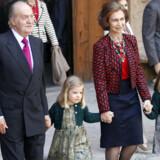 Den spanske kong Carlos og dronning Sofia har droppet at holde guldbryllup. Her ses de med børnebørnene Sofia og Leonor (th) i april.
