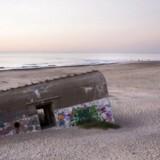 Myndigheder og kommuner planlægger at fjerne en række farlige bunkere ved Vestkysten. Her er det en bunker på Klitmøller Strand.