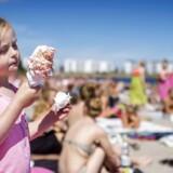 Sol og Sommer. Efter en lidt kold og kedelig sommer, har det gode vejr nu ramt Danmark. Derfor brugte mange den sidste feriedag på stranden. Her er det Svanemøllen Strand i København. Josefine på 5 år nyder sommerens sidste is. (Foto: Bax Lindhardt/Scanpix 2015)