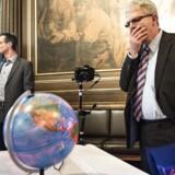 Skatteminister Holger K. Nielsen mødes med advokater, politiet og bankerne for at diskutere skatterådgivningens rammer.