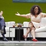 Starbucks har offentliggjort samarbejde med den amerikanske talkshow-vært Oprah Winfrey, der skal brande en chai blend-drik, som skal sælges hos både Starbucks og Teavana i USA og Canada. På billedet ses topchef for Starbucks, Howard Schultz sammen med Oprah.