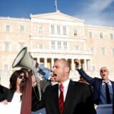 Vrede advokater var blandt de protesterende foran den græske parlamentsbygning under søndagens demonstrationer i landets to største byer.