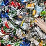 Stadig flere drikkevarer sælges i dåser eller i engangsflasker af plast eller glas. Materialet kan genanvendes, men der er meget lavere returprocent på engangsemballage end på bryggeriernes genpåfyldelige glas- og plastflasker. Foto: Thomas Lekfeldt