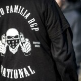 Rigsadvokaten annoncerede 28 juni, at et forbud mod banden Loyal To Familia skal prøves ved en domstol. Her ses et Loyal To Familia-medlem foran Københavns Byret 27. september 2017. (Foto: Scanpix Danmark STF/Ritzau Scanpix)