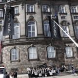 Tirsdag formiddag behandles den omstridte offentlighedslov for tredje og sidste gang i Folketingssalen. I den forbindelse har en gruppe demonstranter hængt to sorte bannere ned foran de to store vinduer i folketingssalenfor t mørklægge salen.