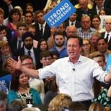 Den britiske premierminister, David Cameron, havde smøget ærmerne op ved valgmødet på Hayesfield Girls School i Bath.