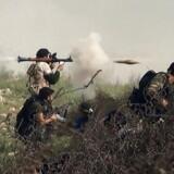 Oprørsgrupper ved fronten i ildkamp med Assad-regimets styrker ved det strategisk vigtige Khanasser-område, som forbinder Aleppo med det centrale Syrien. Billedet er taget 26. august 2013.