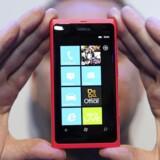 Nokias første mobiltelefon med Windows Phone som styresystem, Lumia 800, blev præsenteret i oktober 2011, men det kniber med at overbevise køberne om, at de skal droppe Android- og Apple-telefoner. Arkivfoto: Paul Hackett, Reuters/Scanpix