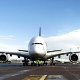 Københavns Lufthavn skal igen udvide, så man også kan håndtere kæmpeflyet Airbus A380, som har plads til helt op mod 840 passagerer. En af slagsen var for første gang på besøg i lufthavnen i september 2010. Foto: Keld Navntoft, Scanpix