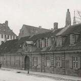 Stokhuset ved Østervold, hvor Inkvisitionskommissionen gennemførte pinlige forhør i stuen, og hvor der var militær arrest i kælderen. Bygningen, som blev opført i begyndelsen af 1700-tallet, blev revet ned i 1938, og kun navnet Stokhusgade giver nu mindelser om den uhyggelige institution.