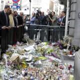 Respræsentanter fra både det jødiske og det muslimske samfund tog 9. juni del i en mindehøjtidelighed foran det jødiske museum i Bruxelles for de fire personer, der blev dræbt i forbindelse med et terrorangreb 24. maj. Blandt deltagerne i mindestunden var den franske imam Hassen Chalghoumi, iført grå hovedbeklædning og blåstribet slips. Imamen er kendt for sine nære relationer til jøder og lagde skarp afstand til gerningsmanden. Foto: Laurent Dubrule/Reuters