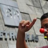 Endnu et firma er blevet hvirvlet ind i den største korruptionsskandale i Brasiliens historien, og tre topchefer er nu dømt. Her protesteres der udenfor firmaet hovedkvarter. AFP PHOTO/TASSO MARCELO