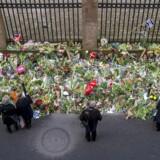 Blomster ved både synagogen i Krystalgade. Billedet er fra onsdagen efter terrorangrebet.
