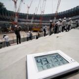 Et termometer viser den høje temperatur og luftfugtighed på Tokyos Olympiske stadion, som er ved at blive bygget til legene i 2020. EPA/KIMIMASA MAYAMA