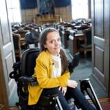Sarah Glerup finder det problematisk, at talerstolen i Folketingssalen ikke er tilgængelig for kørestolsbrugere, da det er selve symbolet på demokrati i Danmark. Hun stiller op for Enhedslisten i København.