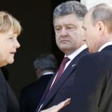 Ukraines præsident, Petro Porosjenko, og Ruslands præsident, Vladimir Putin, mødtes ved ceremoni for D-dagen. Her er de sammen med Tysklands forbundskansler, Angela Merkel.