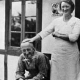En af de mest kendte mænd fra modstandsbevægelsen: Marius Fiil med sin kone, Gudrun, foran Hvidsten Kro.