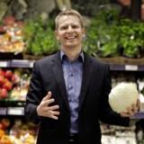 Discountkæden Rema 1000 og administrerende direktør Henrik Burkal fortsætter væksten i Danmark.