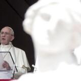 Pave Frans giver sin ugentlige søndagstale fra balkonen højt over Peterspladsen i Vatikanet. EPA/ANGELO CARCONI
