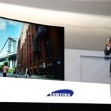 Samsung har sit første bøjelige fladskærms-TV klar. Det er et 85 tommer LED-TV med ultra-HD-skærm, som derved kan vise en opløsning, der er fire gange højere end på fuld HD-skærme. Foto: Yonhap/EPA/Scanpix