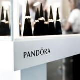 Omkring 40 ansatte fra Pandoras hovedkvarter i København skal snart til at se sig om efter et nyt job, da smykkeselskabet fortager nogle ændringer i sine arbejdsgange, hvilket betyder en fyreseddel til omkring 10 pct. af de 400 ansatte.