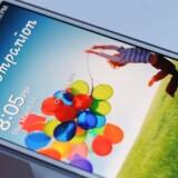 Galaxy S4-telefonen fra Samsung - her behørigt lænket, så den ikke forsvinder - kom i marts 2013. Nu er efterfølgeren, Galaxy S5, på vej. Arkivfoto: Don Emmert, AFP/Scanpix