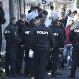 Politiet tømmer nu det afspærrede tog for flygtninge. Politiet har bedt medierne holde sig på lang afstand af toget. (Foto: Jens Nørgaard Larsen/Scanpix 2015)