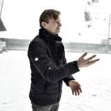 AaB's sportsdirektør, Allan Gaarde, ses her i sneen på klubbens snefyldte hjemmebane mandag middag. Klokken 18 skal banen være grøn og klar til superligakampen mod AC Horsens.