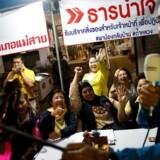 Frivillige fejrer redningen af det drengefodboldhold, der siden 23. juni havde siddet indespærret i en grotte i Chiang Rai-provinsen i Thailand.