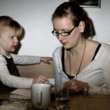Hyggestund ved spise-bordet. Penny Kristensen har besøgt datteren  Amalie hver eller hver  anden weekend, siden Amalie fem måneder gammel blev anbragt i familiepleje. Penny Kristensen har også nogle gange Amalie på weekend eller ferie hjemme hos  sine forældre, hvor hun bor i dag.