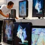 Samsungs udstilling på den store forbrugerelektronikmesse i Berlin får en sidste overhaling, inden dørene åbnes fredag. Foto: Fabrizio Bensch, Reuters/Scanpix