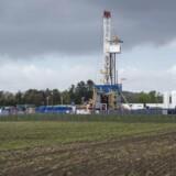Det franske energiselskab Total, der har startet en prøveboring efter skifergas ved Dybvad i Vendsyssel, fik besked på at standse prøveboringen efter at have brugt kemikaliet Null Foam, som de ikke havde fået godkendt. Når de nødvendige tilladelser fra miljømyndighederne er indhentet, kan Total fortsætte boringen.