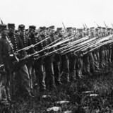 Danske soldater med ?bajonetter er klar til kamp under krigen i 1864. ?Foto: C.F. Wilhelm Schrøder